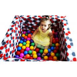 Kwadratowy suchy basen z piłeczkami